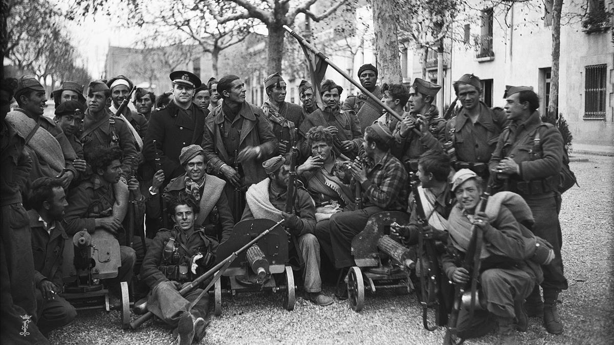 Soldados nacionales posan en la plaza de la Magdalena de Espluguescon las ametralladoras Maxim probablemente capturadas aquella misma mañana del 26 de enero, horas antes de enfilar hacia Barcelona