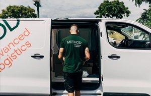 Un repartidor de Method, compañía fundada hace poco más de año y medio, carga un paquete en uno de los vehículos.