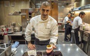 Toni Simôes, con un plato de erizos, en La Taverna del Clínic.