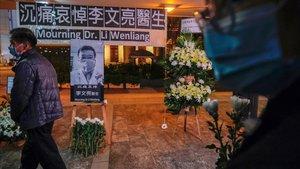 Pequeño altar improvisado en recuerdo del doctor Li Wenliang en una calle de Hong Kong.