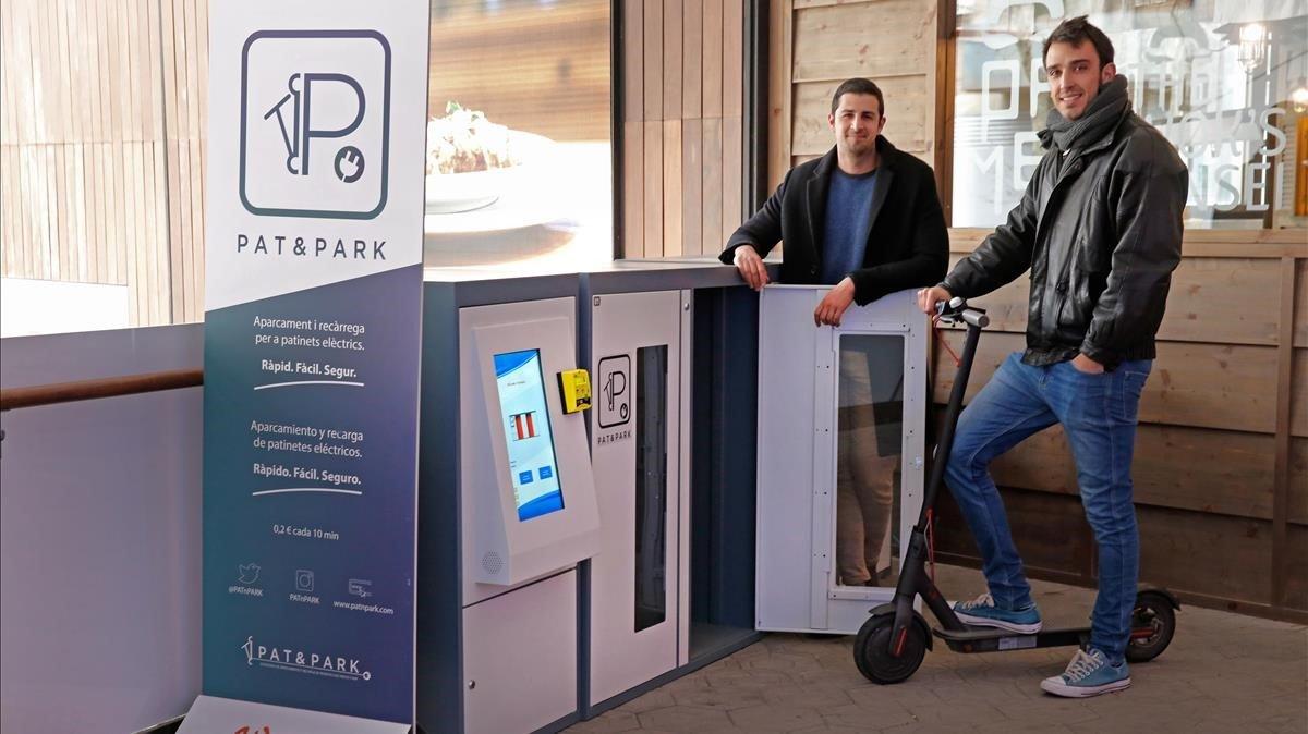 Idan Anidjar e Iban Torres, socios de Pat & Park, la firma que fabrica taquillas para guardar y cargar patinetes eléctricos como las de la imagen, estas ubicadas en elCentre Comercial Glòries.