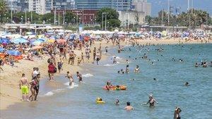 Barcelona torna a tancar platges per excés d'aforament