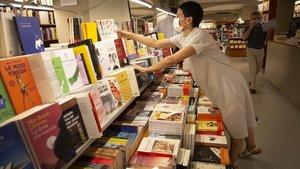 Preparativos para la 'diada' veraniega en la librería Laie, en Barcelona.