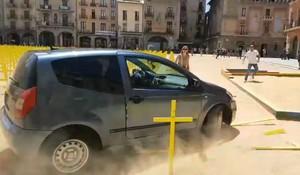 El coche que ha embestido las cruces amarillas en Vic.