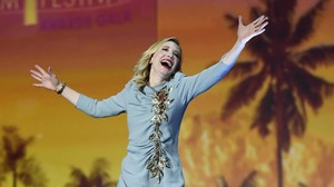 fimedio32292387 cate blanchett walks on stage to accept the desert160107182026