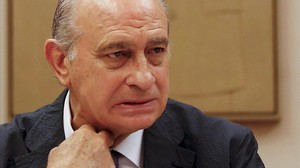 lpuig34408967 spain s interior minister jorge fernandez diaz adjusts his c160812200813