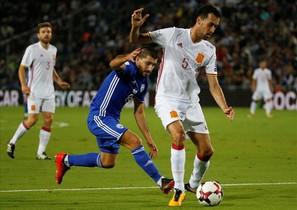 Sergio Busquets protege el balón durante el primer tiempo del partido
