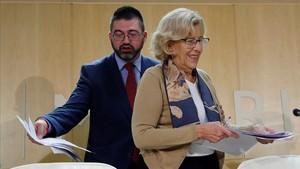 Imagen de archivo de la alcaldesa de Madrid, Manuela Carmena y el hasta hoy concejal de Economia y Hacienda del Ayuntamiento, Carlos Sanchez Mato.