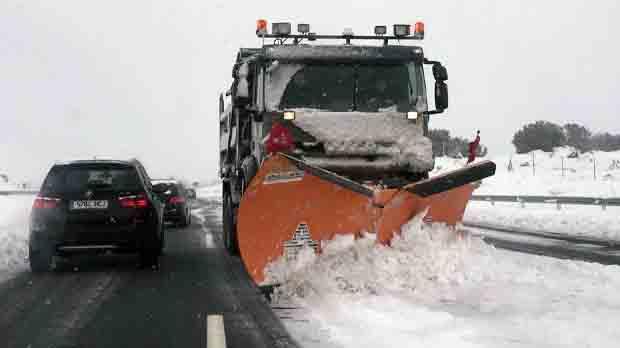Centenars de famílies atrapades a la carretera per la neu a Espanya