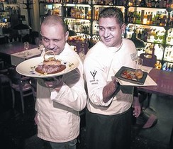 Hugo Rodríguez y el chef Prince Iqbaeli, en el Speakeasy (Aribau, 162).