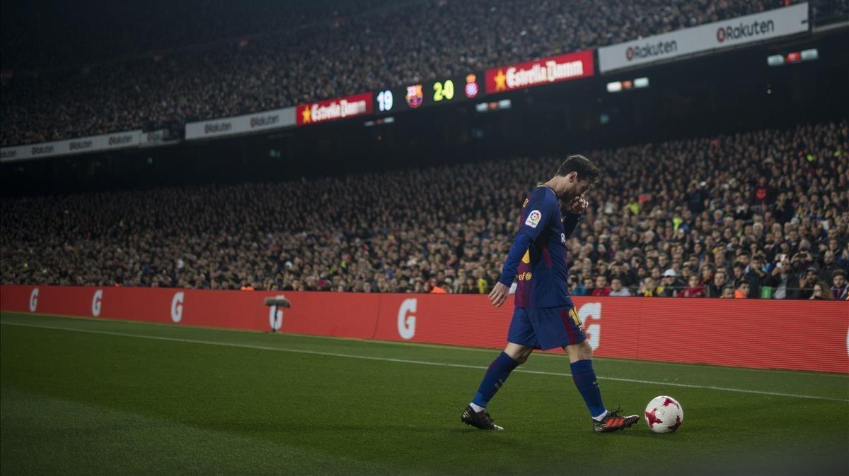 Messi se dispone a lanzar un saque de esquina en el duelo copero con el Espanyol en el Camp Nou.