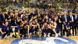 Los jugadores del Barça posan con el trofeo tras ganar al Madrid en la final de la Copa del Rey de baloncesto.