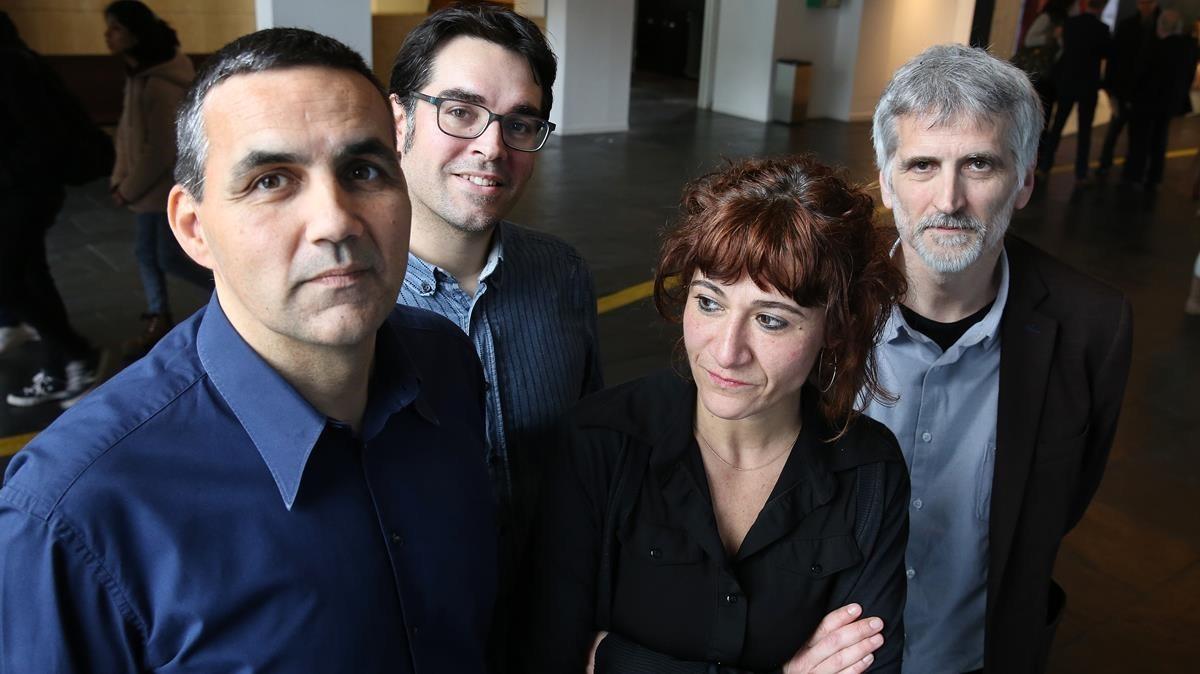 El equipo dirigido por Miquel Domènech (derecha), responsable de una de las investigaciones becadas por el programa RecerCaixa.