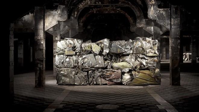 Instalación 'Síndrome de Guernica' realizada con los restos del 'Azor', de Fernando Sánchez Castillo, en el Matadero de Madrid./MATADERO