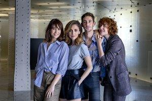 El reparto de 'Vida perfecta' con las tres hermanas y Enric Auquer.