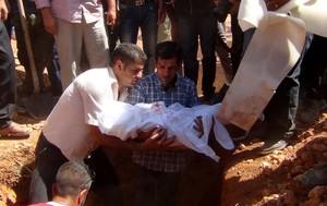 Abdulá Kurdi entierra el cuerpo de su hijo de tres años, Aylan, en su ciudad natal, Kobane.