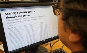 Una persona lee en internet el reportaje contenido en el suplemento Spotlight on Catalonia, de Naturejobs.