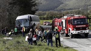 Dos muertos y siete heridos en un choque entre un autobús y un coche en Navarra