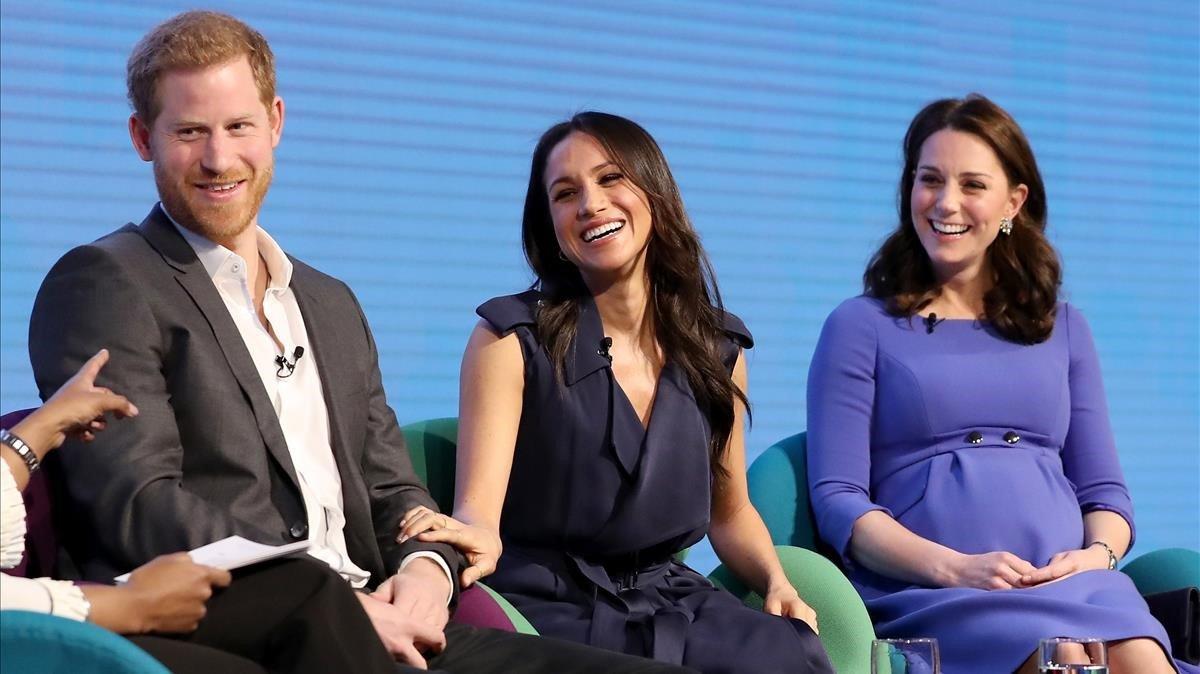 El príncipe Enrique junto a Meghan Markle y Kate Middleton, en un acto benéfico.