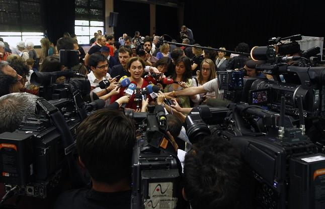 Ada Colau, en el centro de atención de los periodistas.