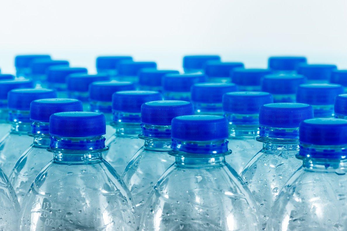 Tres alternativas que dicen 'adiós' al agua en botellas de plástico