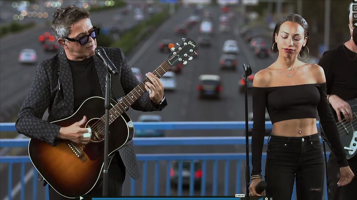 Alejandro Sanz, durante su actuación en un puente de la M-30 a la altura de Moratalaz, el pasado día 5.