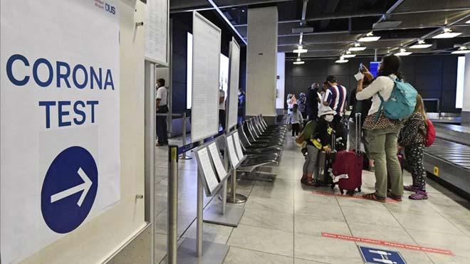 Alemania recomienda no viajar a Catalunya, Aragón y Navarra. En la foto, pasajeros recién llegados a Alemania esperan para realizarse un test de coronavirus en el aeropuerto de Dusseldorf, el lunes 27 de julio.