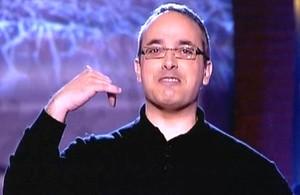 El periodista Alfredo Urdaci, contando chistes en 'El club de la comedia' (La Sexta).