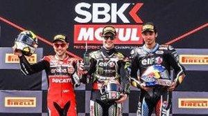 Álvaro Bautista, Jonathan Rea y Toprak Razgatlioglu, de izquierda a derecha, en el podio de hoy en Ímola (Italia).