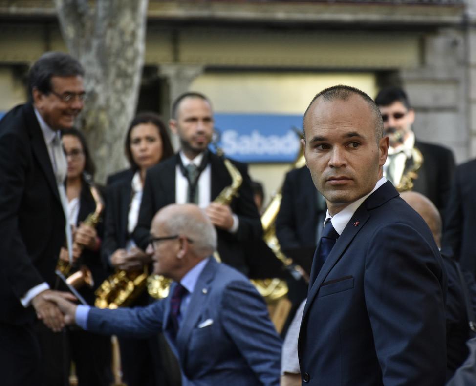 Andrés Iniesta acompaña a la delegación del Barcelona ante el monumento a Rafael Casanova.