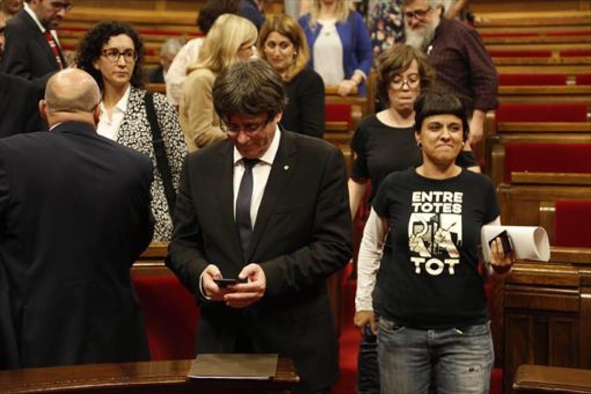 Anna Gabriel pasa junto a Carles Puigdemont, ayer, en el Parlament.