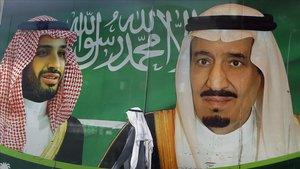 Una valla publicitaria con las fotos del rey saudíSalman bin Abdulaziz, derecha, y el príncipe herederoMohammed bin Salman en una calle de Yeda.