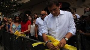 Arrimadas y Rivera retiran lazos amarillos en Alella.