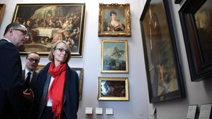 La ministrade cultura de Francia,Francoise Nyssen, junto la presidente del Louvre,Jean-Luc Martinez, visitan la exposición.