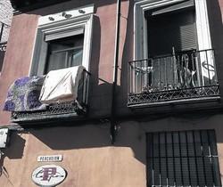 Aspecto exterior e interior de un narcopiso, en la calle de Lavapies 35.
