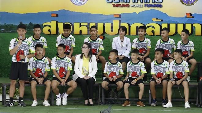 Els nois de Tailàndia reapareixen somrients