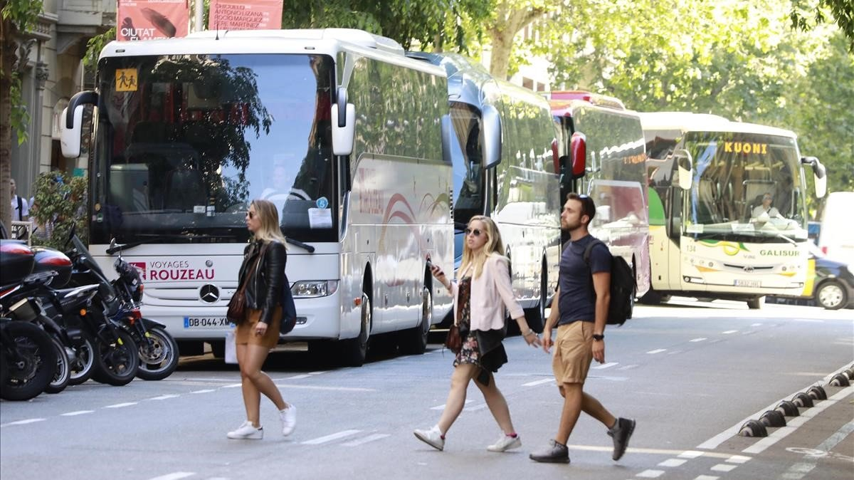 Autocares y turistas en la calle de Provença, junto a la Pedrera, esta semana.