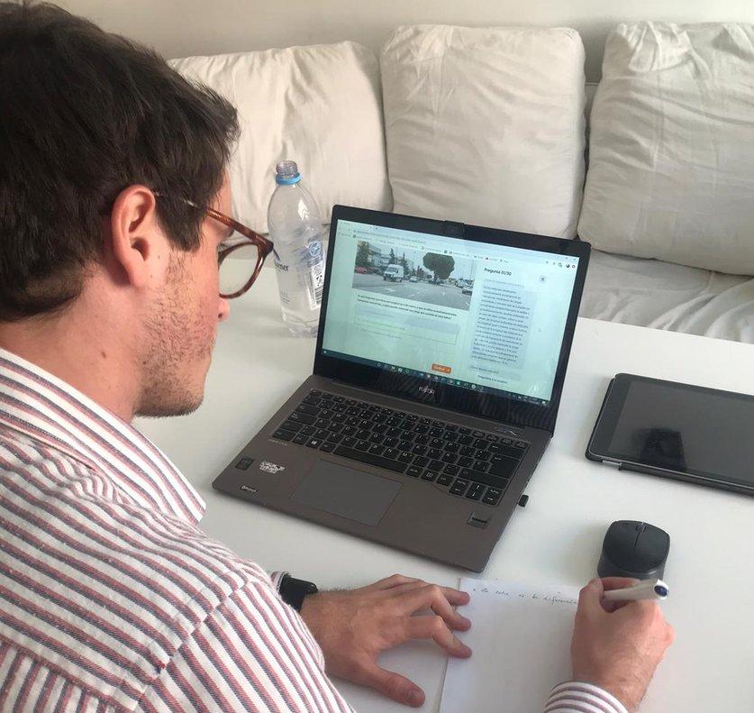 El portavoz de la Plataforma de Autoescuelas Digitales, Miguel González-Gallarza, consultando la web de Onroad.