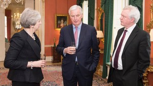 Barnier (derecha), junto a Theresa May y David Davies, en Londres.