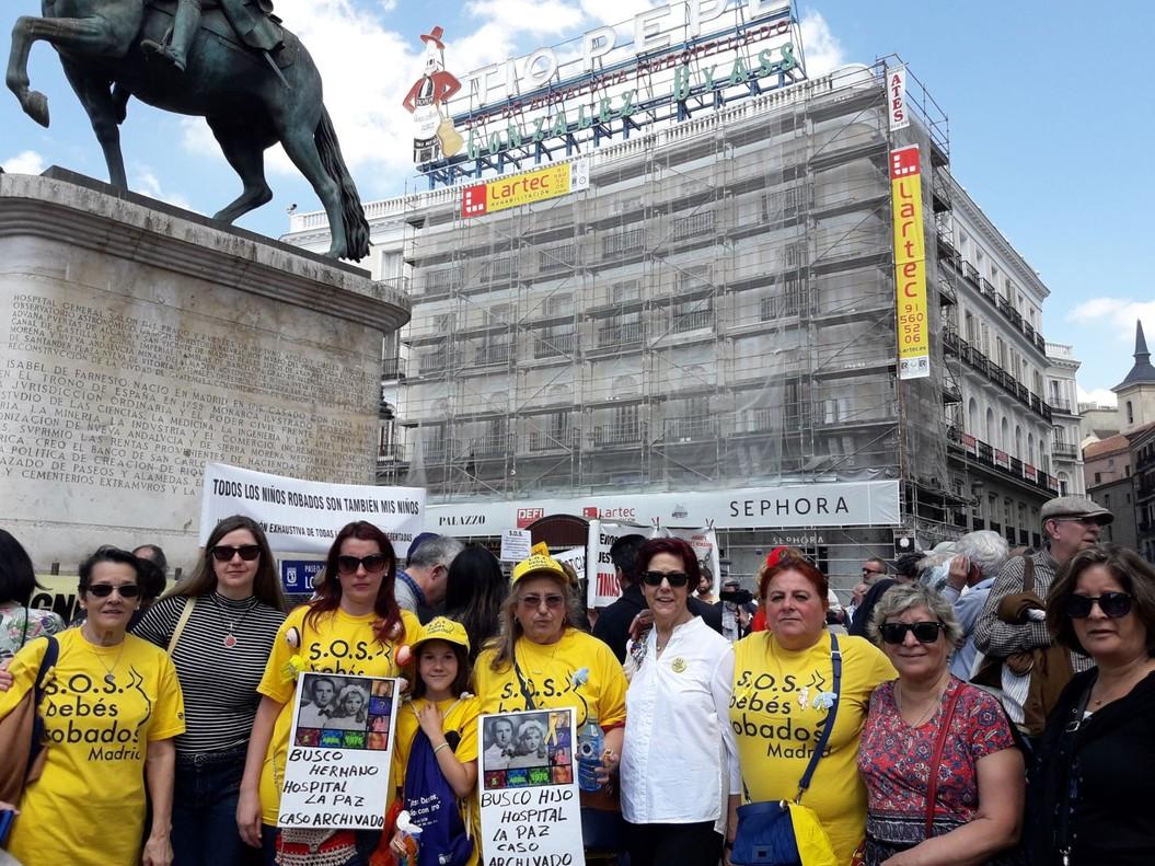 Madres de las tres asociaciones de bebés robados de Madrid se han concentrado este domingo en la Puerta del Sol.