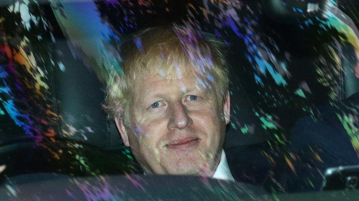 Johnson sale en su vehículo oficial de la sede de la BBC en Londres.