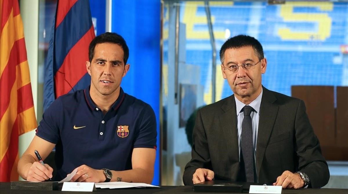 Bravo y Bartomeu, en la firma del contrato en julio del 2014.