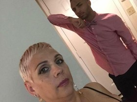 Brenda McCool y su hijo Isaiah Henderson en una imagen de Facebook.