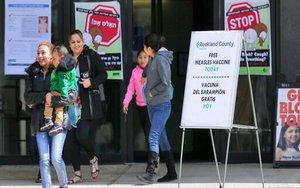 Campaña de vacunación contra el sarampión en escuelas y lugares públicos en Nueva York.