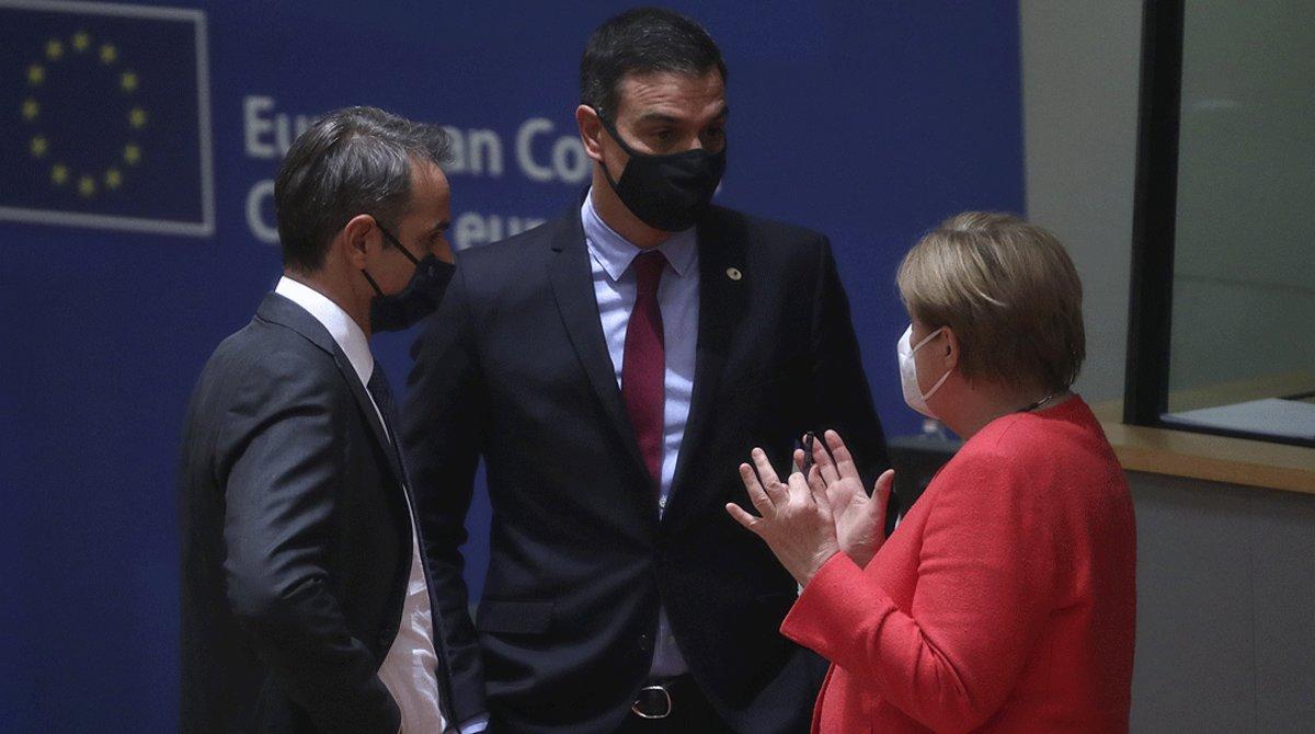 La cancillera alemana, Angela Merkel, conversa con el presidente español, Pedro Sánchez, y el primer ministro griego, Kyriakos Mitsotakis, en un receso de la reunión del Consejo Europeo del 21 de julio.