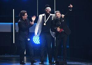 Pedro Capó festeja el haber ganado el Grammy Latino a Mejor Canción.