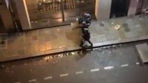 Captura del vídeo de la paliza a un joven por parte de la policía francesa.