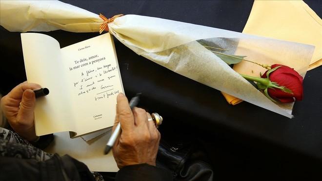 Carme Riera firma libros en el stand de Abacus de Rambla de Catalunya.