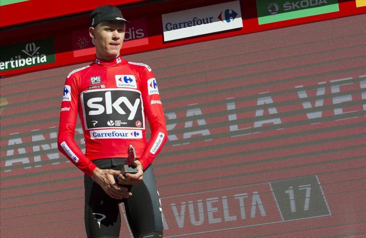 Chris Froome, con el jersey de rojo, en el podio de la Vuelta en Andorra.