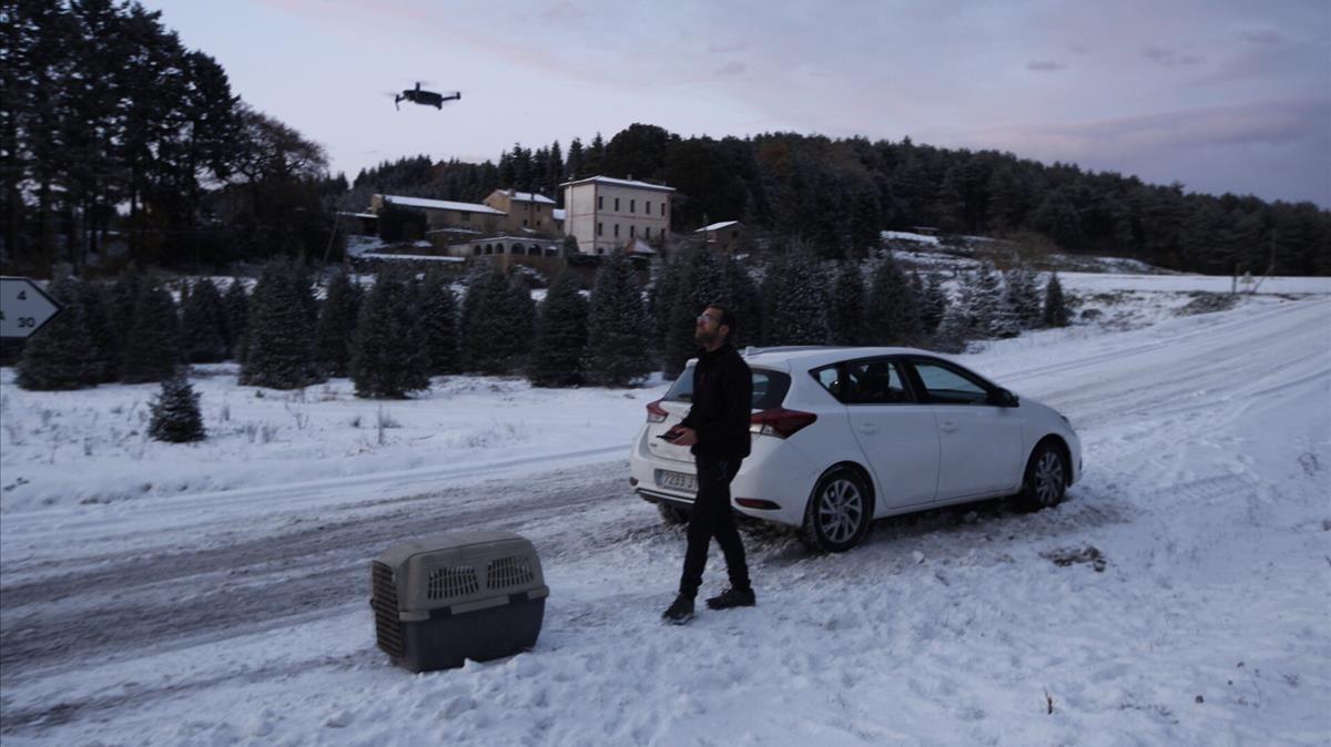 Un coche interrumpe la marcha por la nevada en Sant Hilari Sacalm.